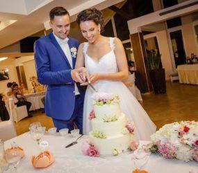 Svadobná fotografia novomanželia pri torte
