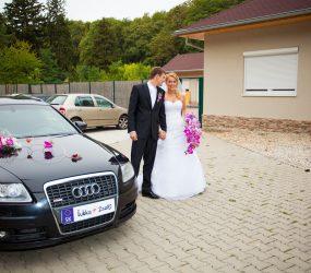 Fotografia novomanželov pri vyzdobenom aute