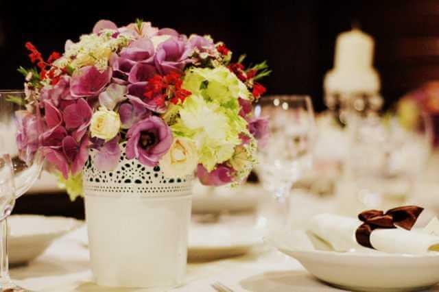 Kvetinová dekorácia stola
