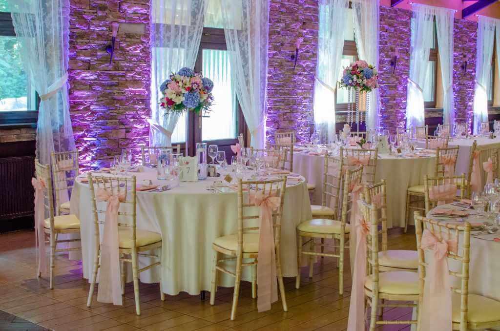 Fialová svadobná výzdoba jedálne Nové Zámky BEREK