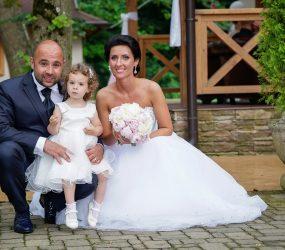 Svadobná fotografia novomanželov s dieťaťom