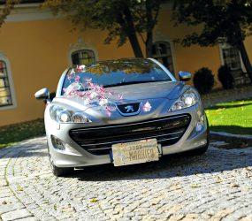 Kvetinová výzdoba auta