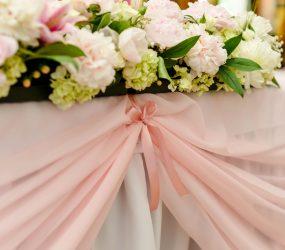Bledoružová svadobná výzdoba